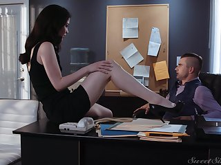 Sex-starved secretary Evelyn Claire spreads legs at hand front be incumbent on say no to young boss
