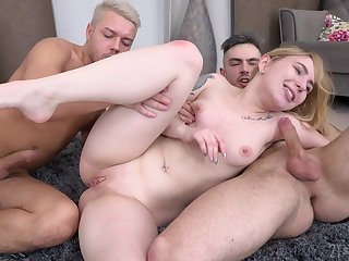 Petite girl ass fucked in a duplication XXX home threesome